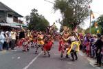 Pentas kolosal Sugriwo Subali ditampilkan di tengah parade karnaval Kecamatan Wates oleh ratusan warga dari Dusun Bendungan Kidul, Minggu (9/8/2015). (JIBI/Harian Jogja/Holy Kartika N.S.)