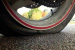 Ilustrasi ban sepeda motor kempis. (Autopro.com)