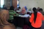 Warga mengurus kartu kuning di Kantor Dinas Tenaga Kerja dan Transmigrasi Wonogiri, Selasa (4/8/2015). Pascalebaran, jumlah pencari kartu kuning meningkat daripada hari-hari biasa. (Bayu Jatmiko Adi/JIBI/Solopos)