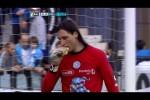 Kiper Argentina Olave Memakan Burger yang dilempar Suporter (Youtube)