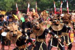 Peserta Pawai Pembangunan untuk memperingati HUT ke-70 Kemerdekaan Republik Indonesia mengenakan kostum karnaval saat tampil di Stadion Sriwedari, Solo, Selasa (18/8/2015). (Ivanovich Aldino/JIBI/Solopos)