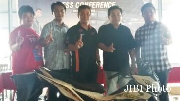 Region Head AHM Semarang, Darmawan Tjondrodihardjo (dua dari kiri) dan Marketing Region Head AHM Semarang, Sukamto Margono (tengah) berfoto bersama dengan produk terbaru Honda, yakni New Sonic 150R seusai jumpa pers di HOB The Park Mall, Sabtu (29/8/2015). Honda menargetkan mampu meraih market share dengan diluncurkannya dua produk baru tersebut.(Asiska Riviyastuti/JIBI/Solopos)
