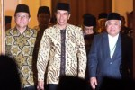 Presiden Joko Widodo (tengah) didampingi Ketua Umum Majelis Ulama Indonesia (MUI) Din Syamsuddin (kedua dari kanan), Ketua DPD Irman Gusman (kedua dari kiri) memasuki area pembukaaan Munas MUI ke-9 di Gedung Negara Grahadi, Surabaya, Jawa Timur, Selasa (25/8/2015). (JIBI/Solopos/Antara/Zabur Karuru)