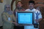 Bupati Sukoharjo, Wardoyo Wijaya (kanan), menunjukkan sertifikat dan piala penghargaan Pemkab Pengembang UMKM Berbasis Klaster Terbaik di Rumdin Bupati, Senin (3/8/2015). (Rudi Hartono/JIBI/Solopos)