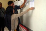 Komisioner KPU Sragen, Diyah Nur Widowati, bersama seorang anggota staf Sekretariat KPU memeriksa pengumuman ketetapan pasangan calon di papan pengumuman KPU Sragen, Senin (24/8/2015). (Tri Rahayu/JIBI/Solopos)