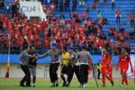 Polisi mengamankan wasit Kangiadi yang diprotes sejumlah ofisial Persis Solo saat laga melawan Persinga Ngawi di Stadion Manahan, Solo, Kamis, (20/8/2015). (JIBI/Solopos/Antara/Maulana Surya)