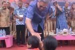 Presiden Ke-6 RI Susilo Bambang Yudhoyono menyapa warga Pacitan, Minggu (16). (Julian Tondo Wisudo/JIBI/Madiunpos.com)