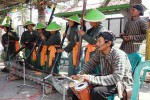 Kelompok Ulem Tentrem dari Dusun Sogan I, Desa Sogan, Kecamatan Wates, saat menampilkan kesenian tradisional gejog lesung di Balai Desa Sogan, Kamis (13/8/2015). (JIBI/Harian Jogja/Rima Sekarani I.N.)