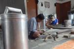 Hendro dan Sukardi, warga Dusun Kuncen, Desa Bendungan, Wates, Kulonprogo tetap bertahan menjalankan usaha kerajinan kaleng di rumahnya, Jumat (21/8/2015). (JIBI/Harian Jogja/Rima Sekarani I.N)
