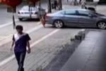 Rekaman CCTV menunjukkan Xiao Hai tertabrak sedan. (Shanghaiist.com)