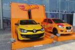 Renault Megane RS dan Datsun Go disulap jadi Hot Wheels di GIIAS 2015. (Liputan6.com)