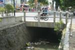 Pengendara sepeda motor melintas di jembatan saluran irigasi sekunder Colo Timur di Kelurahan Jombor, Kecamatan Bendosari, Sukoharjo, Minggu (30/8/2015). Saluran tersebut merupakan salah satu bagian yang akan ditutup dan dijadikan city walk. (Rudi Hartono/JIBI/Solopos)