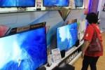 Pengunjung melihat produk yang ditawarkan di Candi Elektronik Slamet Riyadi, Solo, Jumat (21/8/2015). Melemahnya nilai tukar rupiah terhadap dolar AS membuat harga elektronik kembali melambung. (Shoqib Angriawan/JIBI/Solopos)