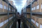 Kasubag TU, Kantor Arsip dan Dokumentasi Sragen, Edy Suryanto, menunjukkan arsip yang tersimpan di kantornya, Kamis (27/8/2015). (Moh. Khodiq Duhri/JIBI/Solopos)