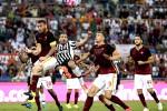 Pemain Juventus Giorgio Chiellini (tengah) duel berebut bola dengan pemain AS Roma Daniele De Rossi (ki) dan Edin Dzeko. JIBI/Reuters/Max Rossi