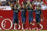Pemain Aletico Madrid Gabi (2dr ki) rayakan golnya bersama rekan setim. JIBI/Rtr/Marcelo del Pozo