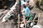 Warga Desa Sindukarto, Kecamatan Eromoko, Wonogiri, bersama anggota Koramil 12/Eromoko berkerja bakti membangun saluran irigasi tersier untuk memperlancar pasokan air ke lahan persawahan, Selasa (11/8/2015). (Trianto Hery Suryono/JIBI/Solopos)
