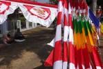 Bendera yang dijual di depan Kantor Kecamatan Pengasih, Kulonprogo, Senin (10/8/2015). (Harian Jogja/Rima Sekarani)