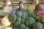Daryanti, 27, penjual sayur di Pasar Boyolali, menata barang dagangannya, Senin (24/8/2015). (Kharisma Dhita Retnosari/JIBI/Solopos)