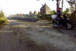 Pengendara sepeda motor menghindari jalan rusak di dekat objek wisata Candi Ijo. (Harian Jogja/Bernadheta Dian Saraswati)