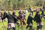 Suasana atraksi Tradisi Cing-Cing Goling di Dusun Gedangan, Gedangrejo, Karangmojo. Sejumlah warga bertindak sebagai gerombolan penjahat yang berusaha menculik istri Wisang Sanjaya, Senin (3/8/2015). (Harian Jogja-David Kurniawan)