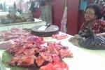 Pedagang daging di Pasar Kota Wonogiri menunggui dagangannya, Minggu (9/8/2015).  (Bayu Jatmiko Adi/JIBI/Solopos)
