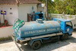 Truk tangki air dari Tagana saat memindahkan air bersih ke dalam bak penampung air di SD Negeri Jatiroto, Desa Purwosari, Girimulyo, Senin (3/8/2015). (JIBI/Harian Jogja/Holy Kartika N.S)