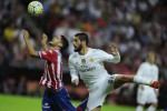 Pemain Real Madrid Isco (ka) dan Sporting Ignacio Cases berebut bola. JIBI/Rtr/Eloy Alonso