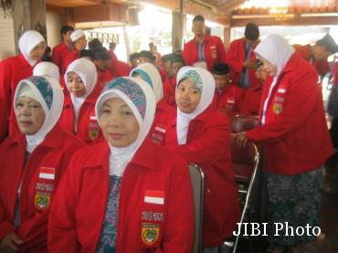 Calon haji asal Sukoharjo mengenakan jaket berwarna merah saat pelepasan calon haji di Sukoharjo, Rabu (27/8/2015). (Rudi Hartono/JIBI/Solopos)