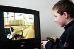 ilustrasi seorang anak memainkan game bertema kekerasan (dailymail.co.uk)