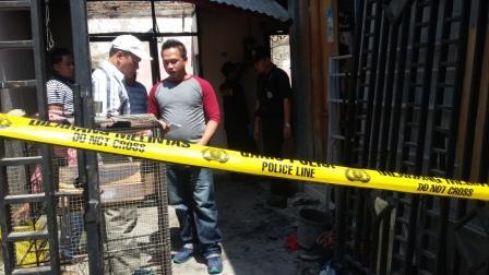Sejumlah petugas dari Polresta Solo melakukan olah TKP di rumah Suwarni, RT 002/RW 003, Kadipiro, Banjarsari, Sabtu (1/8/2015). (Abdul Jalil/JIBI/Solopos)