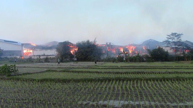 Kobaran api di pabrik buku PT Solo Murni (Kiky) terlihat dari sisi utara Desa Bangak, Banyudono, Boyolali, Sabtu (1/8/2015) pagi. (Hijriyah Al Wakhidah/JIBI/Solopos)