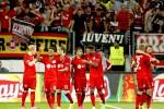 Para pemain Bayer Leverkusen merayakan kemenangan mereka atas Lazio dalam Liga Champions. JIBI/Reuters/Ina Fassbender