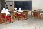 Sejumlah siswa sedang mengikuti kegiatan belajar di ruang kelas 3 MIM 1 Banjarejo, Tanjungsari. Meski kondisinya tak lagi layak, para siswa tetap antusias untuk belajar, Senin (3/8/2015). (Harian Jogja/David Kurniawan)