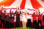 Empat pasangan calon kepala daerah Sragen menunjukkan nomor urut hasil undian dengan ekspresi masing-masing di KPU Sragen, Selasa (25/8/2015). (Tri Rahayu/JIBI/Solopos)