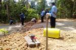 Proses pemasangan saluran jaringan air bersih oleh petugas PDAM Tirta Binangun di Desa Kalirejo, Kecamatan Kokap, Kulonprogo, Selasa (11/8/2015). (Harian Jogja/ Rima Sekarani I.N)