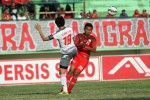 Pemain Persis Dimas Galih (20) duel lawan pemain Persiba Slamet Widodo. JIBI/Solopos/Sunaryo Haryo Bayu