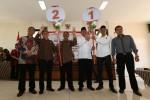 Calon Wali Kota dan Wakil Wali Kota dari Koalisi Solo Bersama (KSB), Anung Indro Susanto (tiga dari kanan)-Muhammad Fajri (dua dari kanan), dan PDI Perjuangan, F.X. Hadi Rudyatmo (tiga dari kiri)-Achmad Purnomo (dua dari kiri), membawa poster sesuai no. urut hasil undian untuk maju pada Pilkada 2015 di Kantor KPU Kota Solo, Selasa (25/8/2015). Berdasarkan undian tersebut menetapkan calon Wali Kota dan Wakil Wali Kota yang diusung KSB dengan no urut 1 serta dari PDI Perjuangan pada no urut 2. (Ivanovich Aldino/JIBI/Solopos)