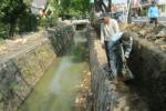 Dua pekerja beraktivitas di proyek penutupan saluran drainase Sukoharjo Kota timur Jl. Jenderal Sudirman di Kampung Gudangsari, Kelurahan Gayam, Kecamatan Sukoharjo, Sukoharjo, Rabu (5/8/2015). (Rudi Hartono/JIBI/Solopos)