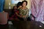 Korban penculikan yang berhasil meloloskan diri, Ratih Marganingsih, 16, dipeluk ibundanya, Darsi Rahayu, 46, di rumahnya di Dusun/Desa/Kecamatan Sambirejo, Sragen, Minggu (23/8/2015). (Moh Khodiq Duhri/JIBI/Solopos)