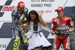 Pembalap Yamaha MotoGP Valentino Rossi (Ki) juara MotoGP Inggris 2015 dan pembalap Ducati Andrea Dovizioso yang menempati posisi ketiga menyemprotkan sampanye seusai penyerahan trofi. JIBI/Reuters/Darren Staples
