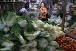 Pedagang sayuran menunggu pembeli di kios di Pasar Legi, Solo, Senin (24/8/2015) pagi.  (Shoqib Angriawan/JIBI/Solopos)