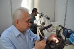 Senior Gemologist International Gemological Laboratory (IGL) Jakarta, Mohamed Zafarullah meneliti batu mulia melalui mikroskop saat pameran batu mulia Nusantara Gemstone  Expo (NGE) II di Hartono Mall, Solo Baru, Jumat (14/8/2015). (Bony Eko Wicaksono/JIBI/Solopos)