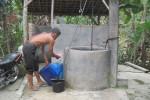 Warga Dukuh Sekarbolo, Desa Jiwowetan, Wedi, Klaten, mengambil air di sumur milik tetangga, Jumat (14/8/2015). Hal itu dilakukan saat kemarau ini lantaran kondisi sumur pamsimas di dukuh setempat rusak. (Taufiq Sidik Prakoso/JIBI/Solopos)
