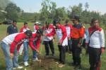 Ketua DPRD Karanganyar, Sumanto, (dua dari kiri), didampingi sejumlah anggota DPRD Karanganyar dan Kepala BPBD Karanganyar, Nugroho, menanam pohon di sekitar Tlaga Madirda, Sabtu (8/8/2015). (Sri Sumi Handayani/JIBI/Solopos)