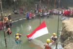 Warga RT 003/RW 002, Desa Keprabon, Polanharjo, Klaten, mengikuti upacara bendera di Sungai Pusur, Senin (17/8/2015). Selain untuk memperingati HUT ke-70 Kemerdekaan Indonesia, kegiatan itu juga dimaksudkan untuk mengajak warga menjaga kondisi sungai yang mengalir di kampung mereka. (Taufiq Sidik Prakoso/JIBI/Solopos)