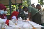 Petugas Badan Narkotika Nasional (BNN) Provinsi Jateng mengetes urine anggota Kodim 0726/Sukoharjo di Makodim setempat, Selasa (4/8/2015). (Bony EKo Wicaksono/JIBI/Solopos)