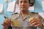 Polisi Andy Go To School memperlihatkan tanda pengenalnya. (JIBI/Detik)