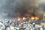 Kendaraan yang diparkir di area Gedung B Markas Polda Jateng terbakar (Twitter.com/@BerandaJogja)