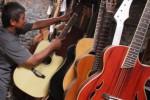 Foto Gitar Malang Lesu di Pasar Lokal